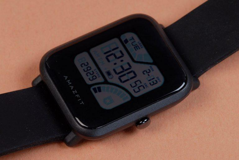 В комплектацию xiaomi amazfit bip входят: смарт-часы; подставка для подзарядки; адаптер продаются amazfit bip a в белой картонной коробке, задняя поверхность которой снабжена информацией о технических характеристиках умных часов, цвете ремешка и производителе гаджета.