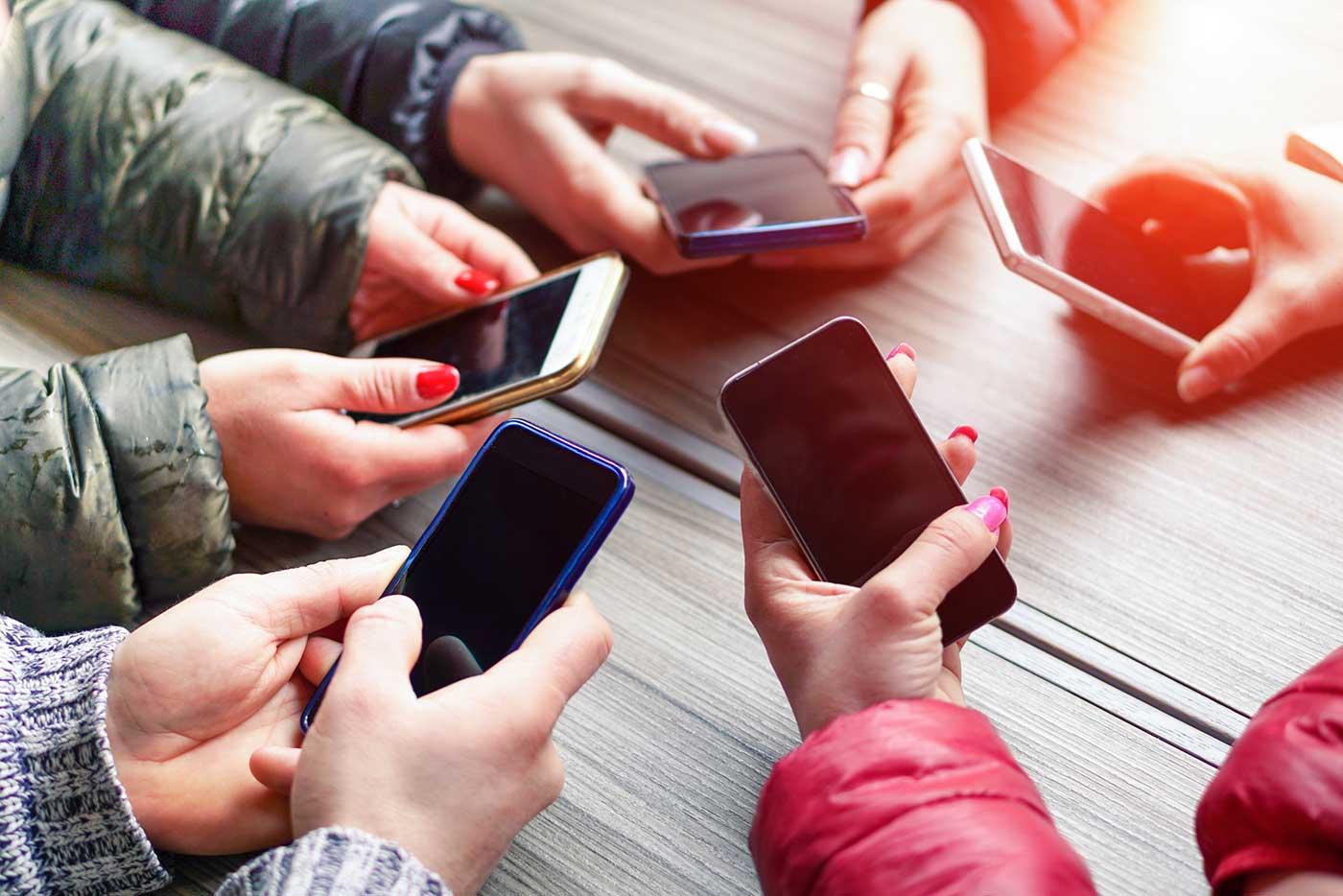 смартфоны и люди картинки год начала
