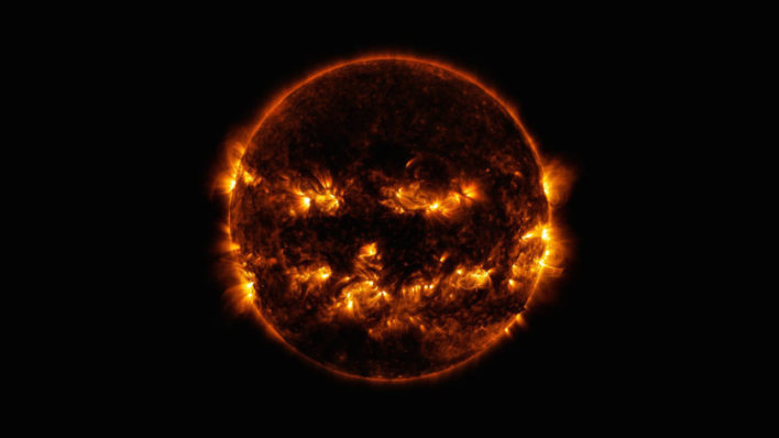 NASA поделилось необычным снимком Солнца в преддверии Хэллоуина