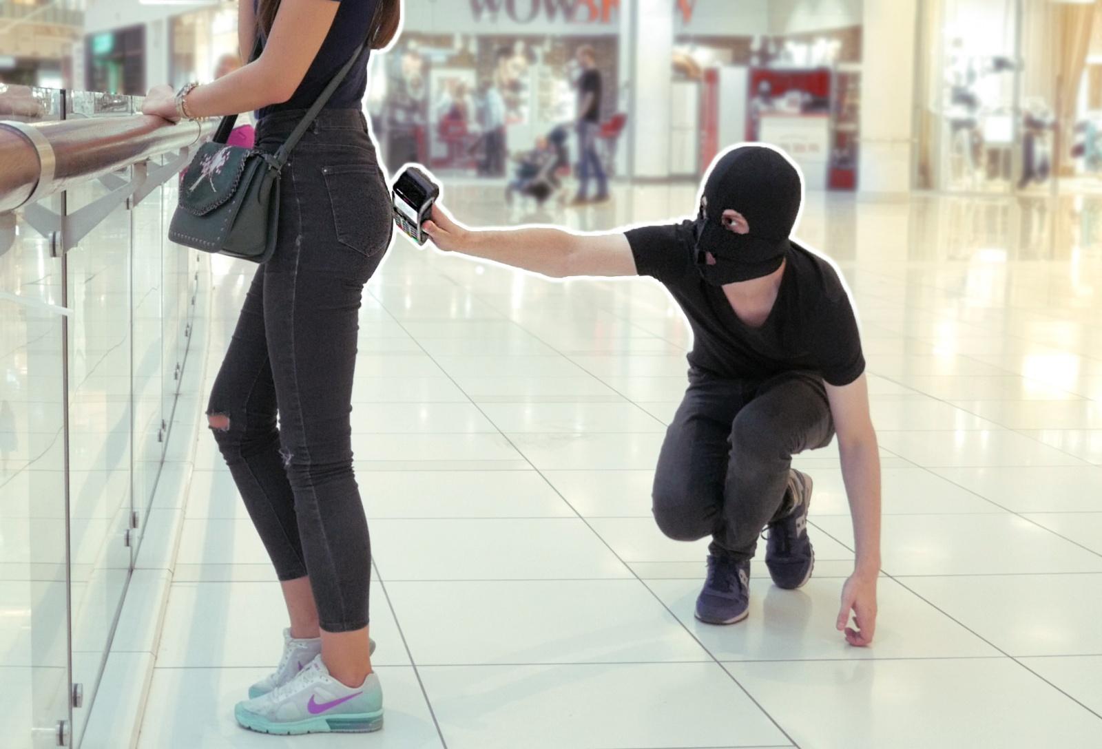 Почему некоторые «прячут» кредитку в пакет?