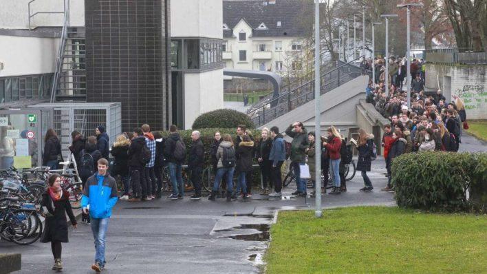 В Германии люди вынуждены стоять в очереди за паролями от почты!