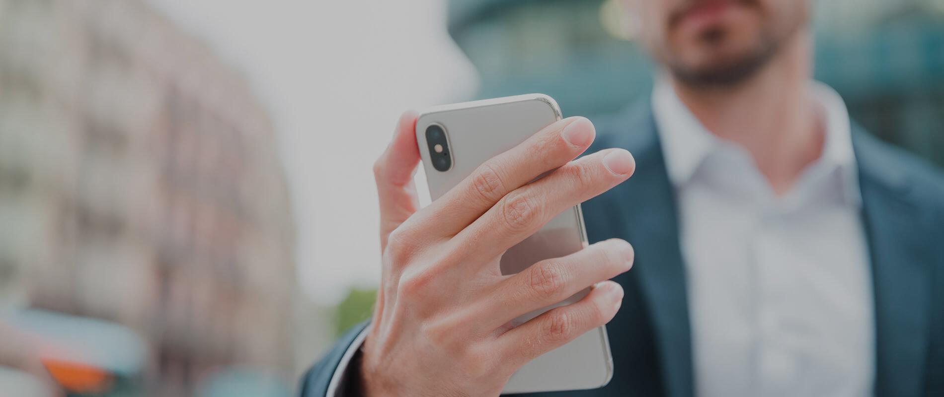 Картинка человек со смартфоном