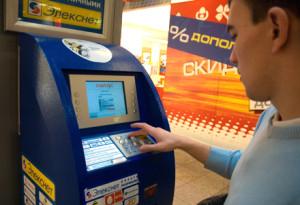 Совсем скоро россияне смогут оплачивать счета в ресторанах, магазинах и аптеках электронными деньгами