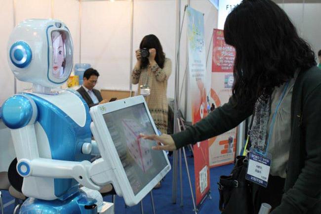 Фуро, создала андроидов с экраном вместо головы