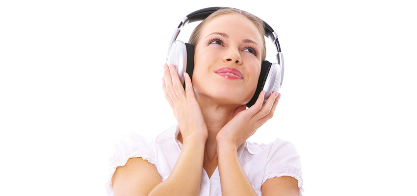 Как музыка в наушниках влияет на слух?
