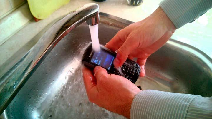 Как правильно и зачем чистить свой телефон?