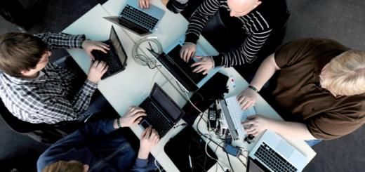 Устройства MacBook от американского гиганта Apple на сегодняшний день являются наиболее надёжными ноутбуками на всем мировом рынке. К данному выводу пришла группа специалистов из авторитетного издания ConsumerRemorts. Было проведено специальное исследование, в рамках которого было опрошено порядка 58.000 человек, которые хотя бы раз покупали ноутбук той или иной модели за последние несколько лет. Статистика наглядно демонстрирует, что за первые три года пятая часть ноутбуков от компаний Acer, Lenovo и Samsung, а также многих других выходили из строя. Причём самыми ненадёжными стали устройства от фирм Asus, HP и Toshiba. Ноутбуки этих компаний ломаются чаще всего( 19% от всех проданных устройств). Жалобы на работу MacBook поступали лишь в 7% случаев. Таким образом, ноутбуки от американской компании стали наиболее надёжными. Также статистика показала, что в среднем пользователи ноутбуков на базе Windows проводят за ним около 20 часов в неделю. Что касается обладателей MacBook, то они работают за ноутбуком чуть больше - около 23 часов.