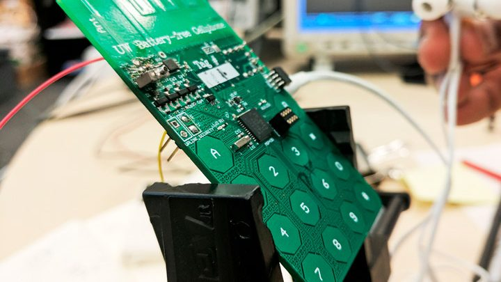 Энтузиаст-конструктор показал телефон без аккумулятора