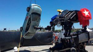 Огромный боевой робот MegaBots разбил автомобиль (видео)