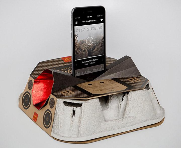 В McDonald's превратили картонный подстаканник на бумбокс