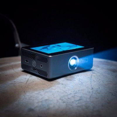 Карманный проектор с сенсорным экраном представил стартап Sweam
