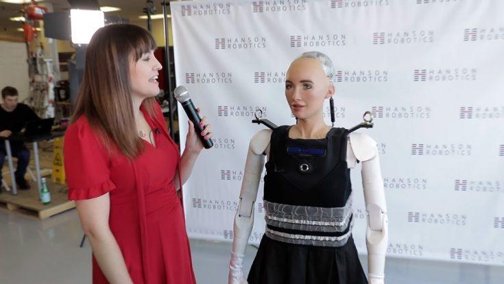 Робот София делает первые шаги!