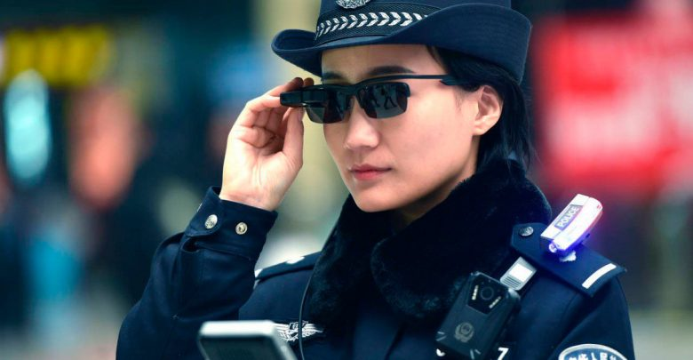 «Умные» очки помогают в работе китайской полиции