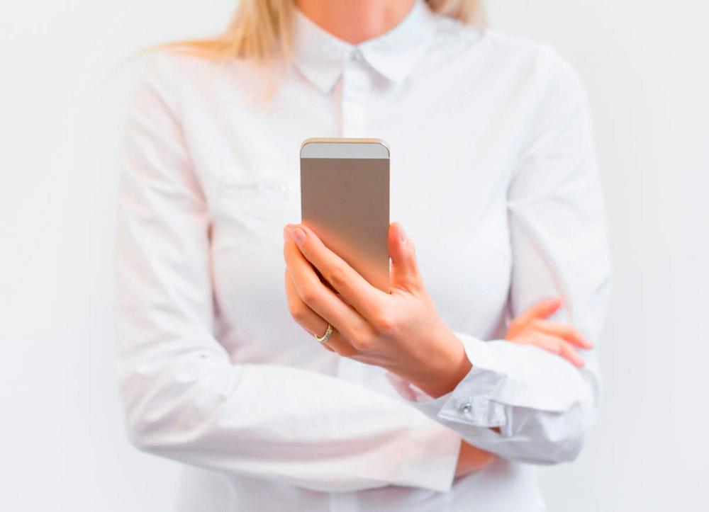 Мобильные телефоны неподслушивают пользователей. Они заними подглядывают